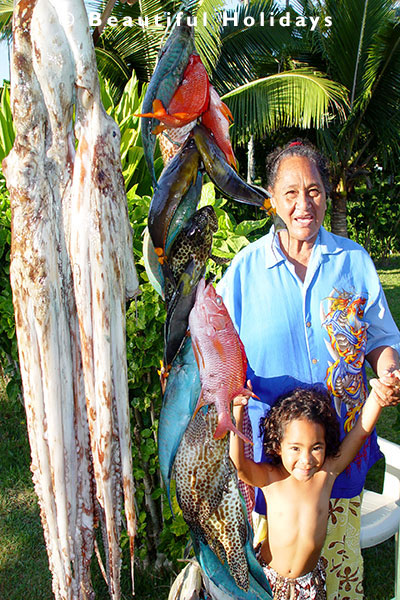local cook island maori lady with fish caught from lagoon